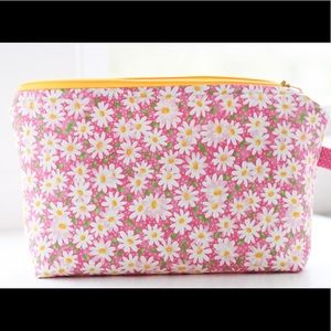 Large cosmetic case with daisies